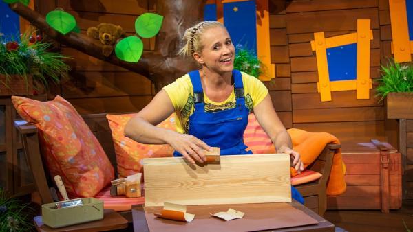 Singa schleift Holz für eine Schaukel. | Rechte: KiKA/Dorit Jackermeier