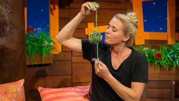 Singa bastelt einen duftenden Grasball. | Rechte: KiKA/Dorit Jackermeier
