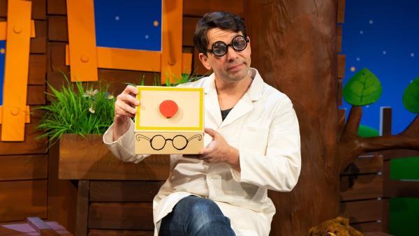 Professor Juri erfindet den Brillenputzomat. | Rechte: KiKA/Dorit Jackermeier