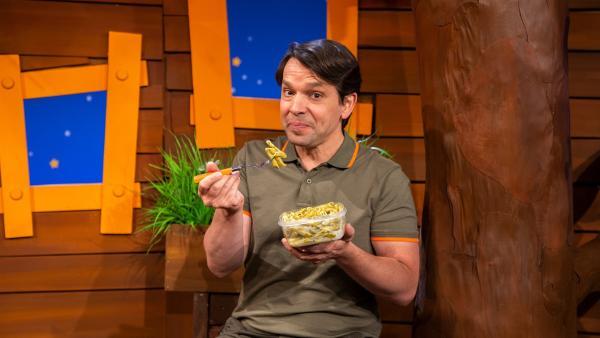 Juri macht Nudeln mit Pesto. | Rechte: KiKA/Dorit Jackermeier