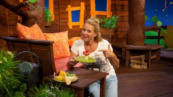 Singa bereitet einen Obst- und Gemüseteller vor, und der sieht am Ende echt lustig aus: wie eine grüne Wiese, auf der Pilze sprießen. | Rechte: KiKA/Nadja Usbeck