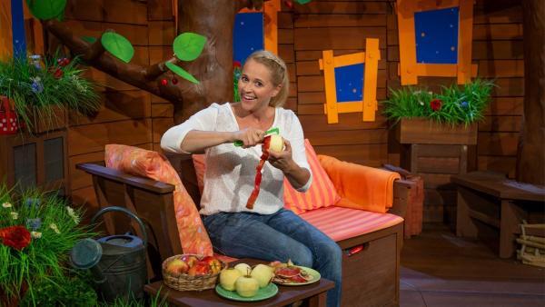 Singa schält die Äpfel für ihren Apfelkuchen. | Rechte: KiKA/Nadja Usbeck