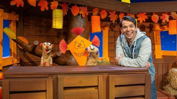 Jan und Henry lassen ihren Drachen steigen. | Rechte: KiKA/Dorit Jackermeier