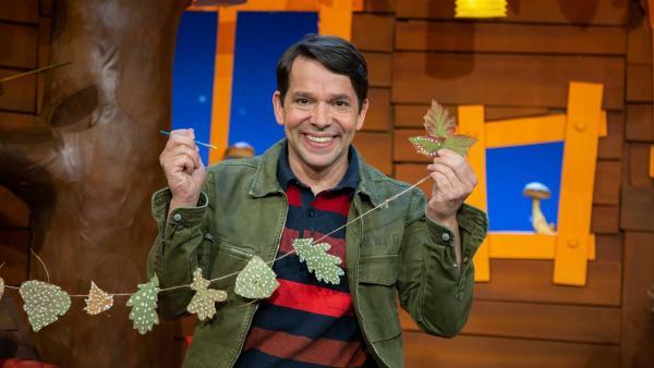 Juri bastelt eine Blättergirlande. | Rechte: KiKA/Dorit Jackermeier