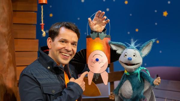 Juri und Fidi basteln eine Fledermaus-Laterne. | Rechte: KiKA/Dorit Jackermeier