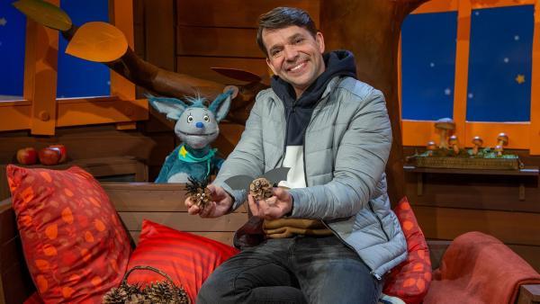 Juri und Fidi basteln mit Zapfen. | Rechte: KiKA/Dorit Jackermeier