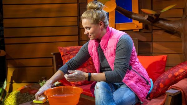 Singa wäscht ihre Hände. | Rechte: KiKA/Dorit Jackermeier