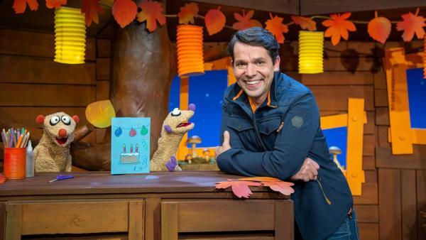 Jan und Henry gestalten eine Geburtstagskarte für den Sandmann. | Rechte: KiKA/Dorit Jackermeier