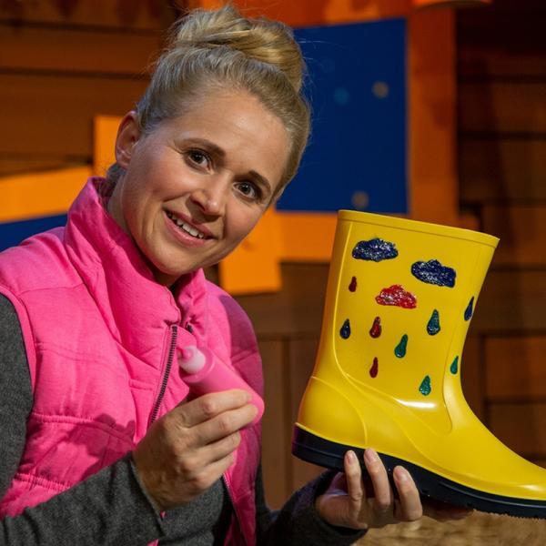 Singa dekoriert ihre Gummistiefel. | Rechte: KiKA/Dorit Jackermeier