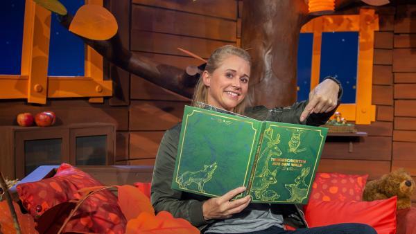 Singa liest sich selbst ein Buch vor. | Rechte: KiKA/Dorit Jackermeier