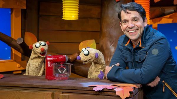 Jan und Henry backen einen Geburtstagskuchen für den Sandmann. | Rechte: KiKA/Dorit Jackermeier