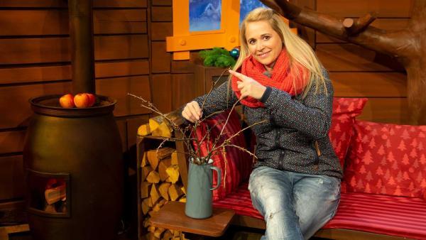 Singa bringt einen Barbarazweig aus ihrem Garten mit. | Rechte: KiKA/Nadja Usbeck