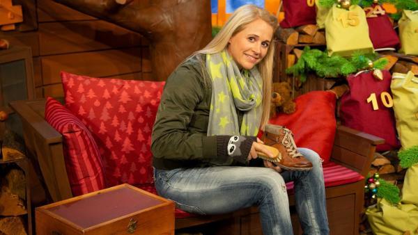 Singa putzt ihre Schuhe für Nikolaus. | Rechte: KiKA/Nadja Usbeck
