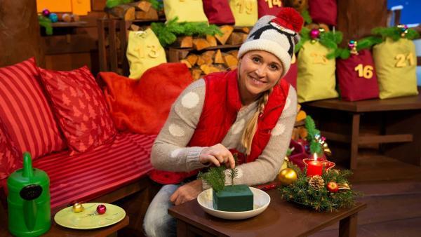 Singa bastelt ein Adventsgesteck. | Rechte: KiKA/Nadja Usbeck