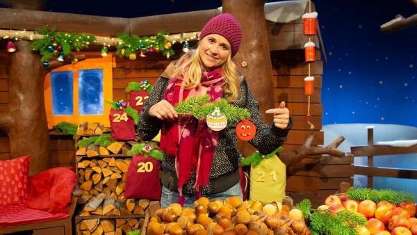 Singa bastelt Weihnachtskugeln aus Papier. | Rechte: KiKA/Nadja Usbeck