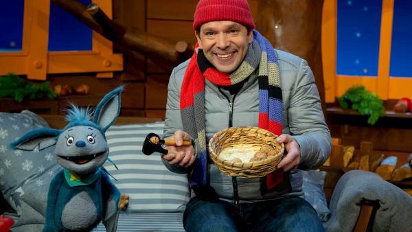 Juri und Fidi knacken leckere Nüsse. | Rechte: KiKA/Dorit Jackermeier