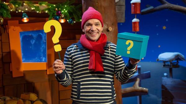 Juri findet einen Ratekarton im Baumhaus. | Rechte: KiKA/Dorit Jackermeier