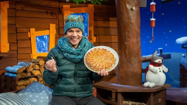 Juri erklärt den Brauch vom Königskuchen. | Rechte: KiKA/Dorit Jackermeier