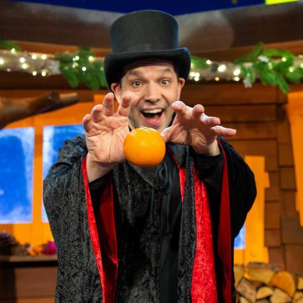 Zauberer Juri lässt eine Orange schweben.   Rechte: KiKA/Dorit Jackermeier