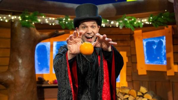 Zauberer Juri lässt eine Orange schweben. | Rechte: KiKA/Dorit Jackermeier
