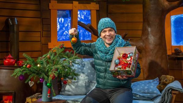 Juri erzählt, was nach Weihnachten mit den Weihnachtsbäumen passiert. | Rechte: KiKA/Dorit Jackermeier