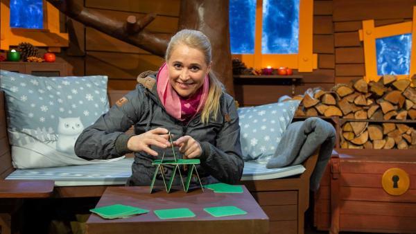 Singa baut ein Kartenhaus. | Rechte: KiKA/Dorit Jackermeier
