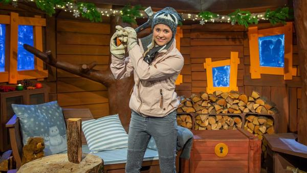 Singa hackt Holz für den Ofen. | Rechte: KiKA/Dorit Jackermeier