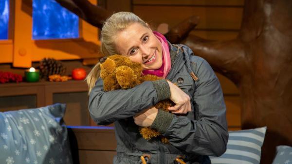 Singa knuddelt mit ihrem Teddybär. | Rechte: KiKA/Dorit Jackermeier