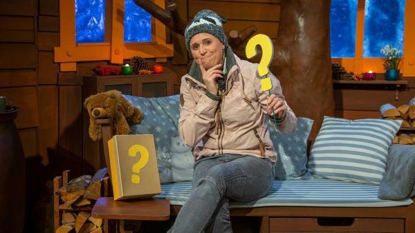 Singa findet einen Ratekarton im Baumhaus. | Rechte: KiKA/Dorit Jackermeier