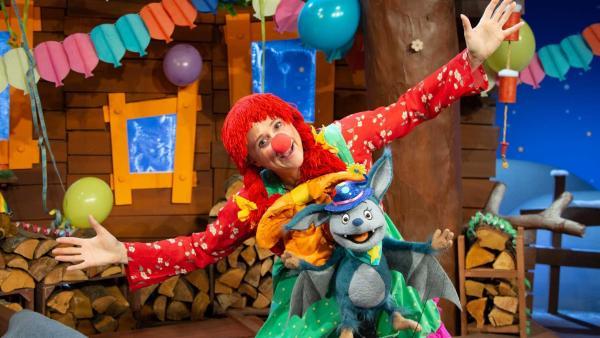 Fidi und Singa tanzen eine Polonaise durchs Baumhaus. | Rechte: KiKA/Josefine Liesfeld