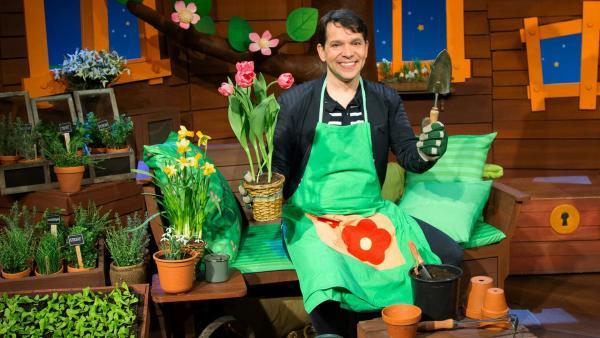 Juri stellt Gartengeräte vor. | Rechte: KiKA/Hannah Michalowicz