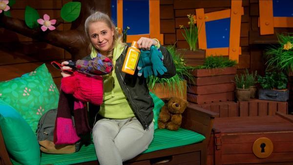 Singa zeigt den Inhalt ihres Rucksacks. | Rechte: KiKA/Hannah Michalowicz