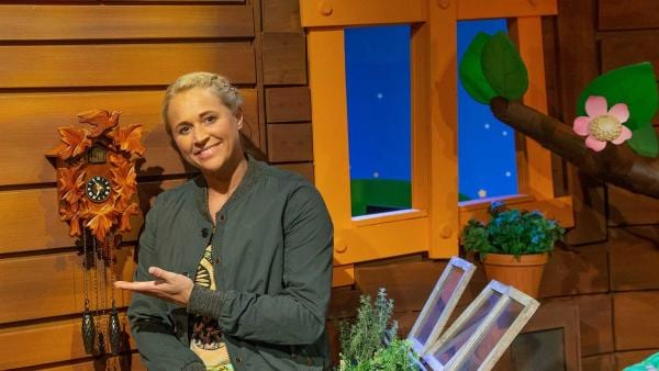 Singa zeigt eine Kuckucksuhr. | Rechte: KiKA/Josefine Liesfeld