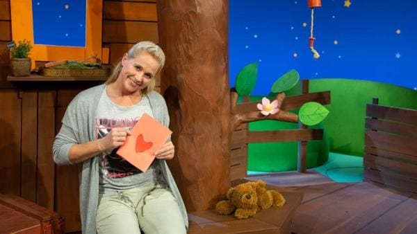 Singa bastelt eine Herzchenkarte. | Rechte: KiKA/Josefine Liesfeld