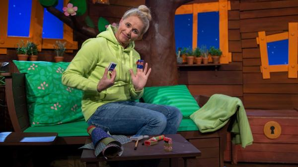 Singa bastelt ein kleines Theater. | Rechte: KiKA/Josefine Liesfeld