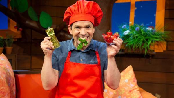 Juri probiert Erdbeeren mit Pfeffer und Basilikum. | Rechte: KiKA/Josefine Liesfeld