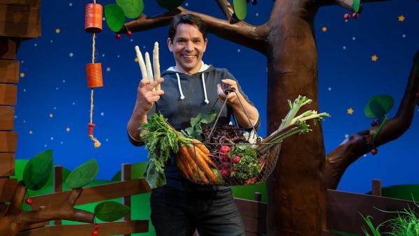 Juri bringt Gemüse vom Markt mit. | Rechte: KiKA/Josefine Liesfeld