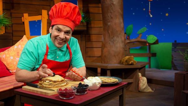 Juri macht eine Pfannkuchentorte. | Rechte: KiKA/Josefine Liesfeld