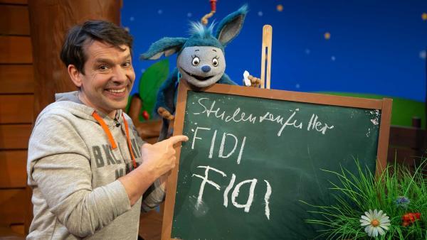 Fidi lernt schreiben. | Rechte: KiKA/Josefine Liesfeld