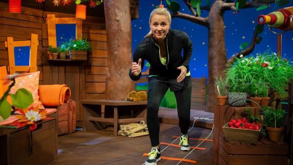 Singa macht Übungen an ihrer Koordinationsleiter. | Rechte: KiKA/Josefine Liesfeld