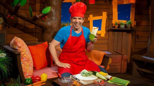 Juri bereitet Gemüsewickel vor. | Rechte: KiKA/Nadja Usbeck
