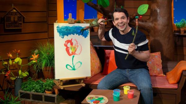 Juri malt mit einem Graspinsel. | Rechte: KiKA/Hannah Michalowicz