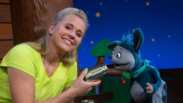Singa und Fidi werfen Dosen im Baumhaus ab. | Rechte: KiKA/Josefine Liesfeld