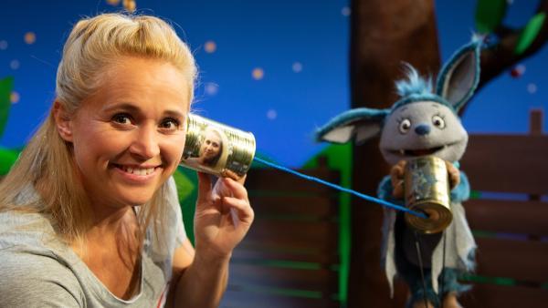 Singa und Fidi telefonieren mit einem Dosentelefon. | Rechte: KiKA/Josefine Liesfeld