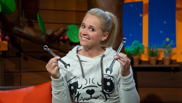 Singa zeigt uns Schraubenschlüssel aus ihrer Werkzeugkiste. | Rechte: KiKA/Josefine Liesfeld