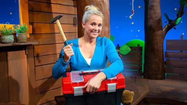 Singa zeigt uns einen Hammer. | Rechte: KiKA/Josefine Liesfeld