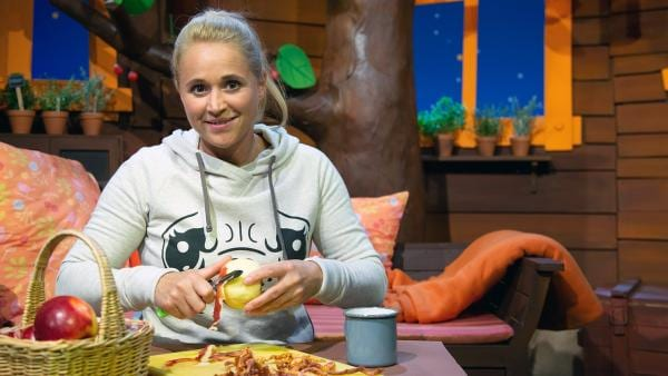 Singa schält Äpfel. | Rechte: KiKA/Josefine Liesfeld