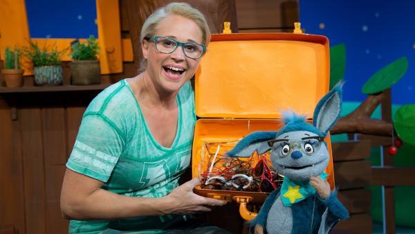 Singa und Fidi probieren Brillen auf. | Rechte: KiKA/Josefine Liesfeld