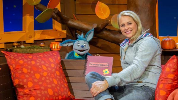 Singa erklärt Fidi das Freundebuch. | Rechte: KiKA/Hannah Michalowicz