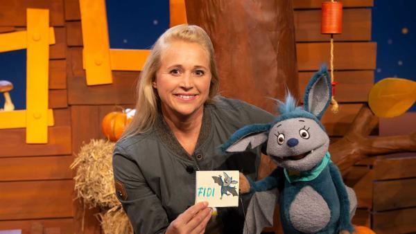 Fidi bekommt von Singa ein Freundebuch geschenkt. | Rechte: KiKA/Hannah Michalowicz